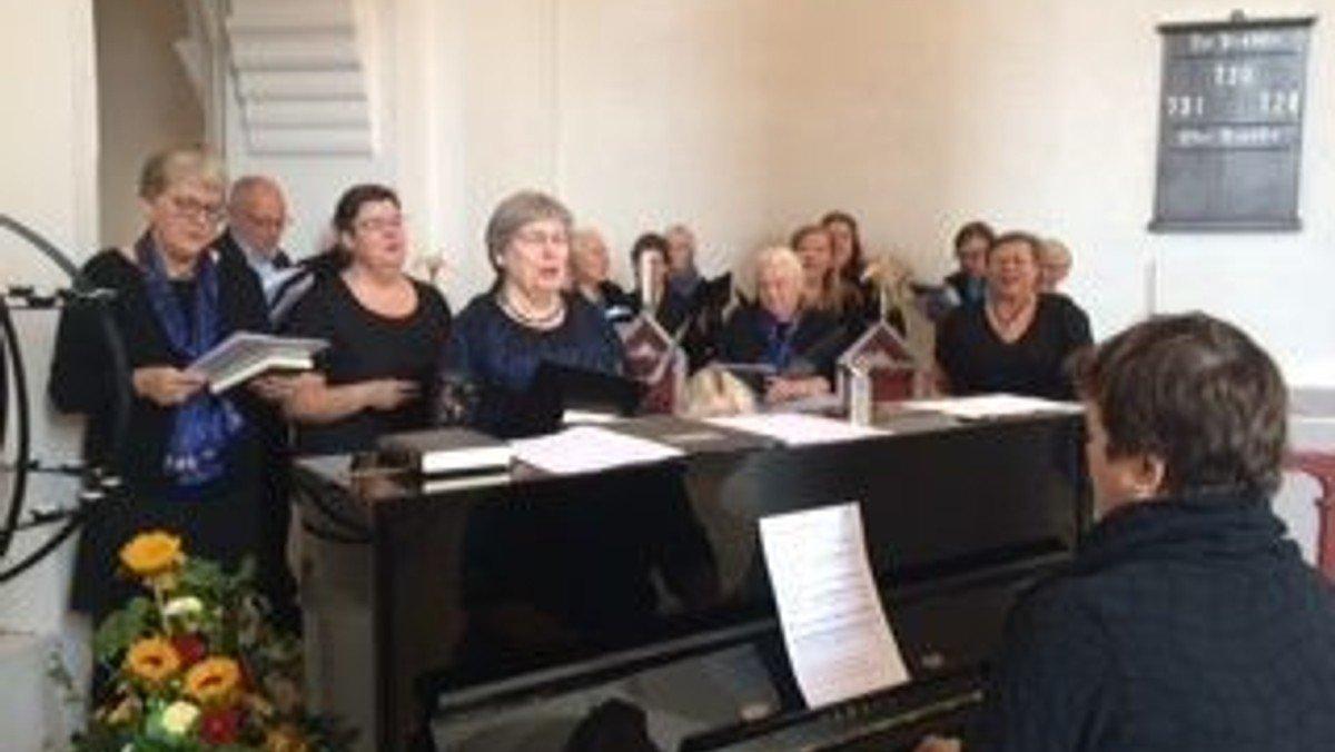 Voksenkor øver i Ubby Kirke