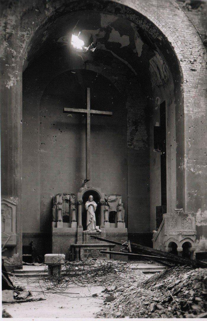 Nach schweren Luftangriffen gleicht die Kirche einem Trümmerfeld. Im Altarraum ist ein Loch in die Außenwand gerissen worden.