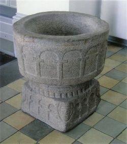 Døbefonten fra 1200-tallet, er en senromansk granitfont