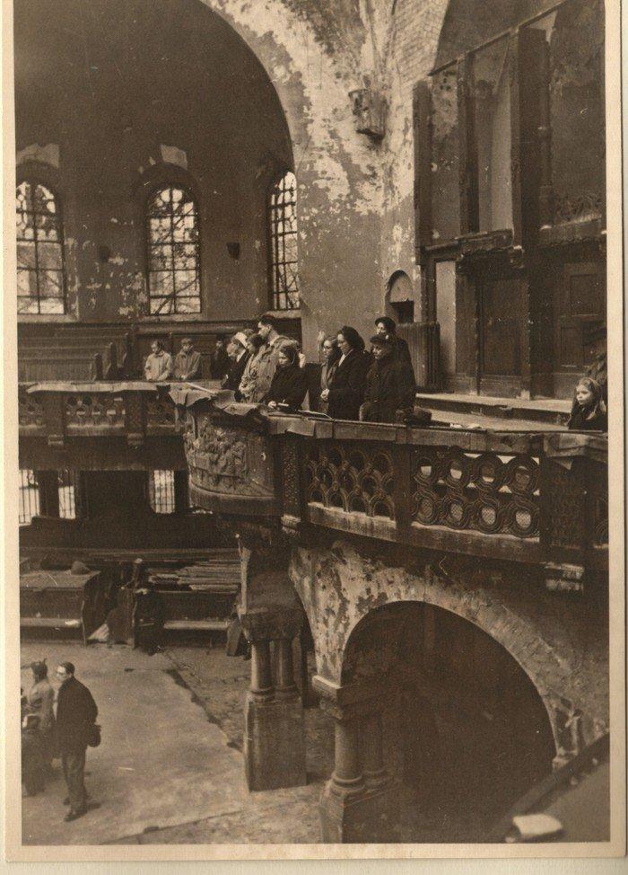Besichtigung der zerstörten Kirche