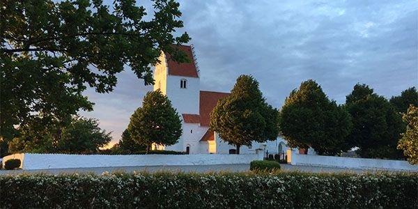 Kastrup Kirke set fra præstegården en sommeraften