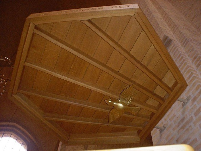 Prædikestolen er lavet af træ, men anbragt på en sokkel af granit.