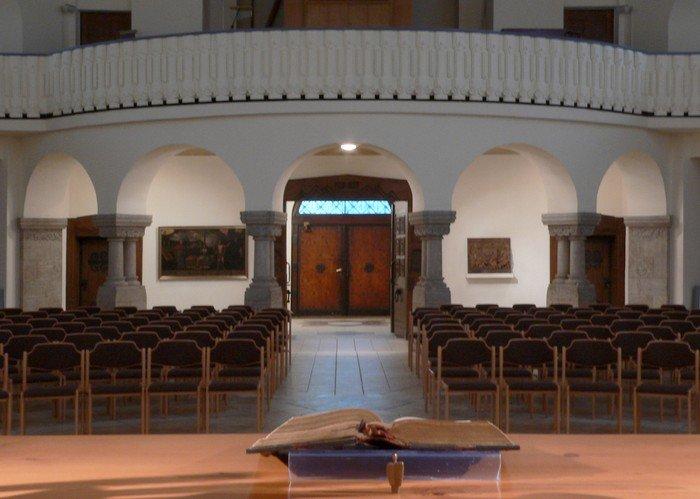 Blick über den Altar in den neugestalteten Innenraum