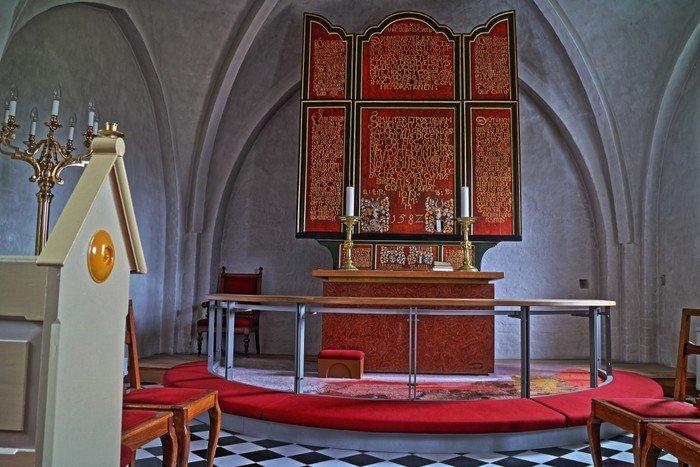 Mou kirke indefra alter