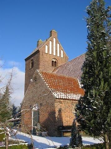 Kirkens våbenhus set fra syd-øst.