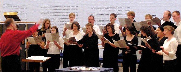 Vejleå Kantori synger i kirkerummet