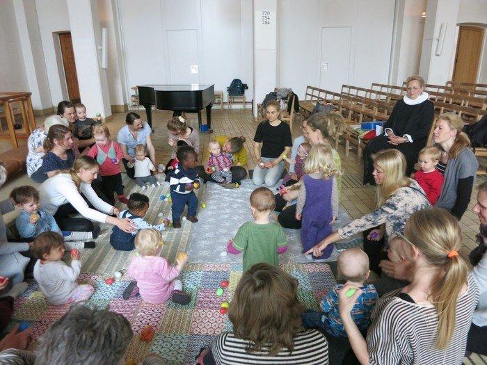 Børn og forældre på tæppe i kirken
