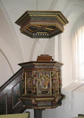 Kirkens stafferede prædikestol med lydhimmel.