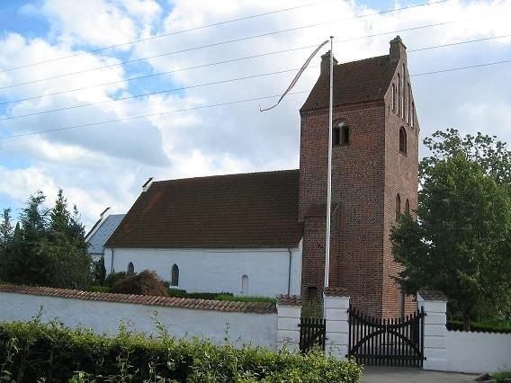 Tune kirke set fra Nørregade – som de vejfarende møder den.