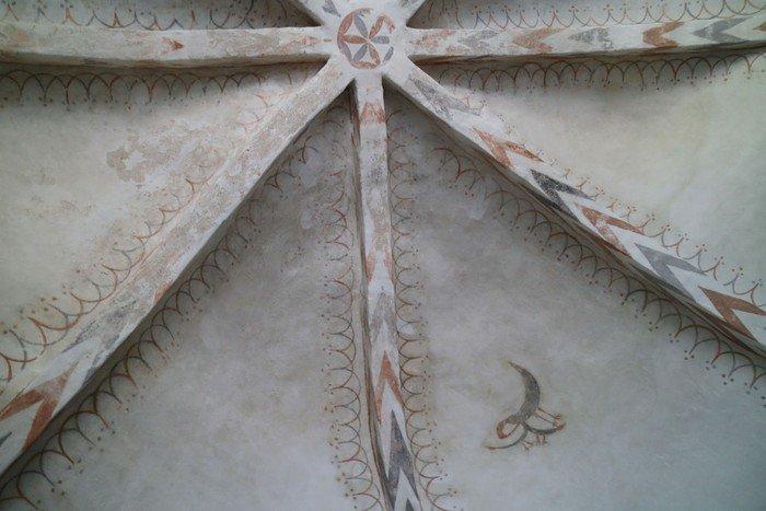 Det er udsmykket med et kalkmaleri fra ca. 1450-1500