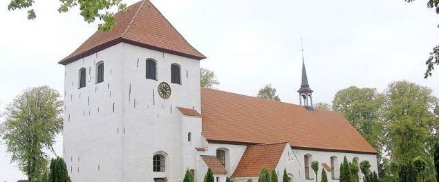 Ulkebøl Kirke -der med sine cirka 580 siddepladser hører til blandt landets største landsbykirker.