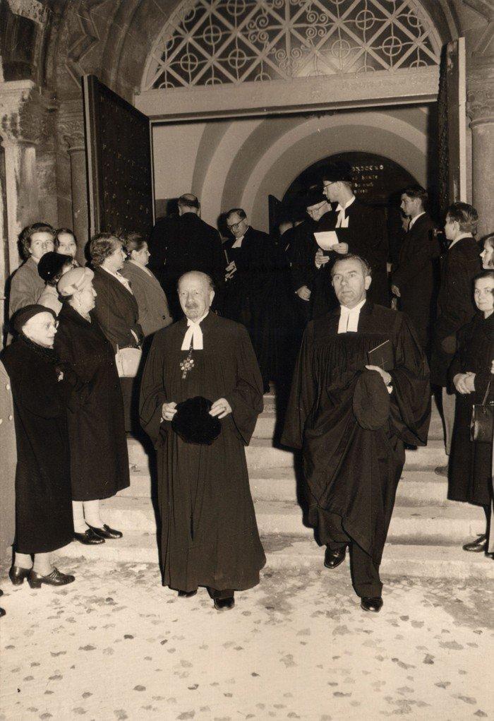 Bischof Dibelius zusammen mit Pfarrer Borchers beim Verlassen der Hochmeisterkirche.