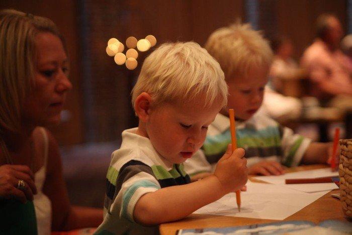 Børne der tegner
