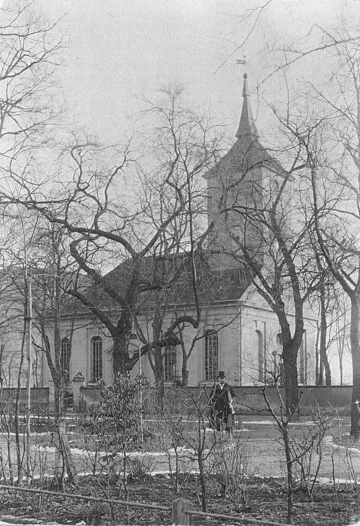 Die alte Kirche von Wilmersdorf hinter den Ulmen der Wilhelmsaue