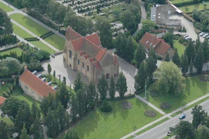 Christianskirken fra oven med Christiansgården til venstre og præstebolig og kirkegårdskontor til højre