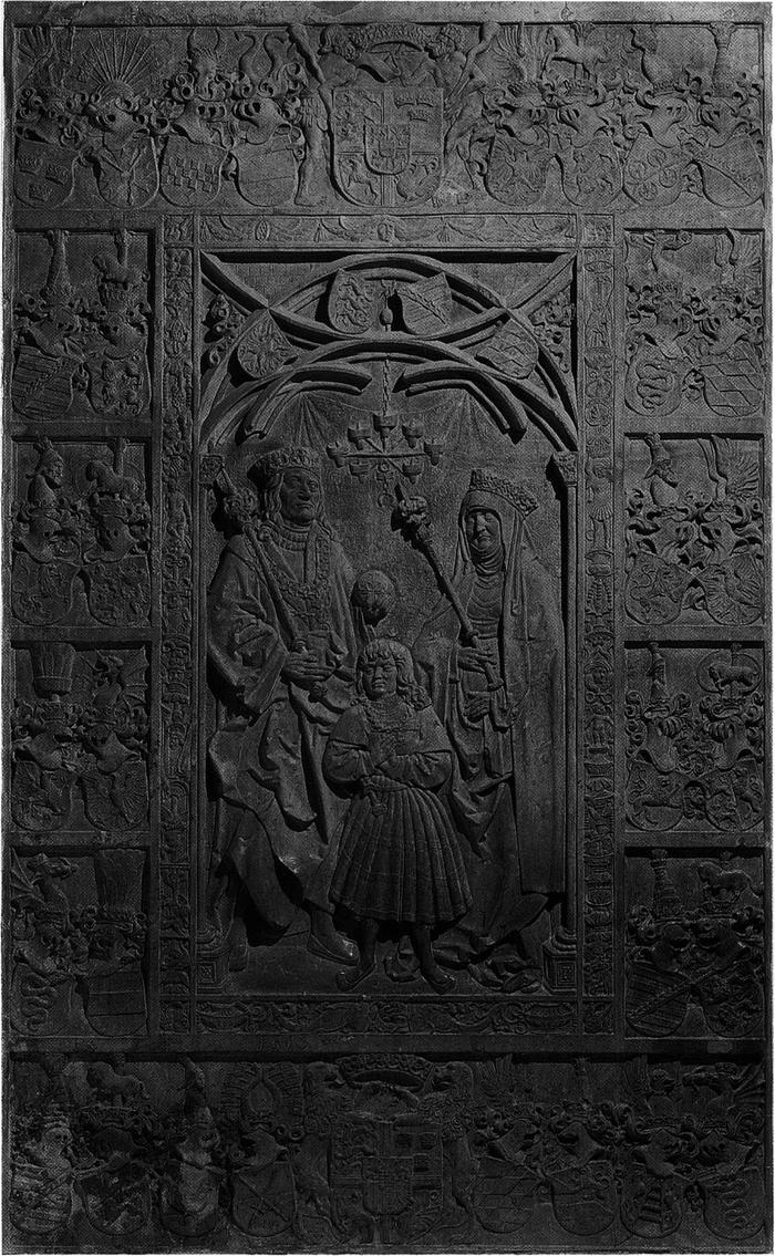 Udsnit af mindetavler, et stort stenepitafium med kongeparret og prins Frans i fuld figur