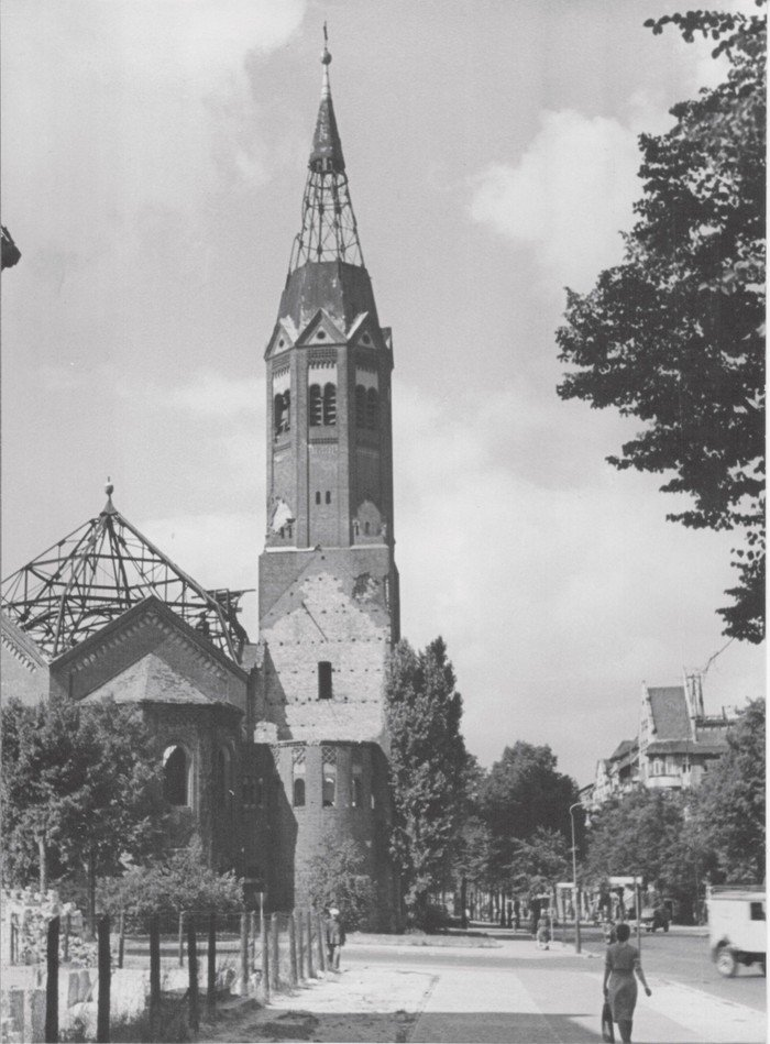 Fast 10 Jahre lang dominierte der Anblick der zerstörten Kirche die Westfälische Straße.