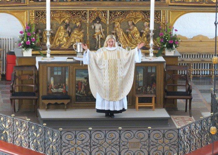 Præst velsigner menigheden