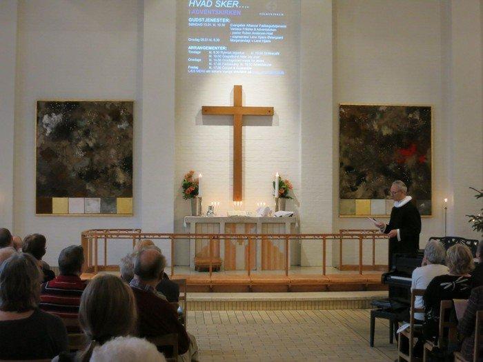 Præst står foran alter