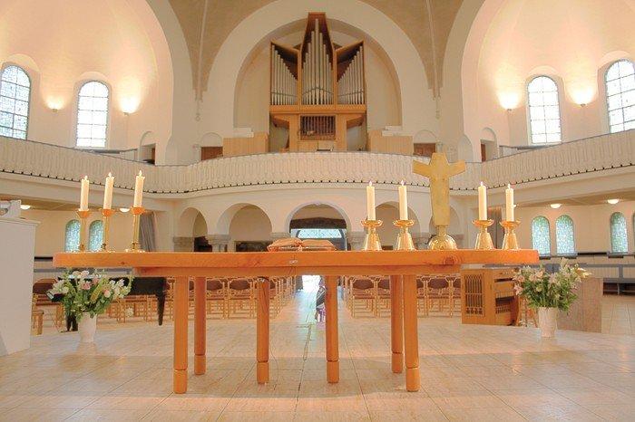 Blick vom Altar auf die Orgelempore