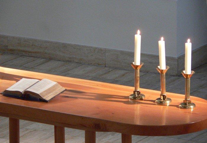 Der neue Zedernholzaltar mit der Bibel von 1892. Kaiserin Auguste Victoria schenkte sie der Gemeinde anlässlich der Kirchweihe 1910.