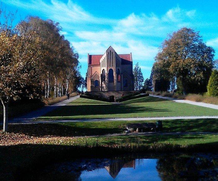 Kirken set fra øst med kirkegårdsdammen i forgrunden