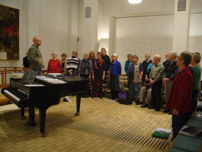 Fællessangskoret synger foran flygel