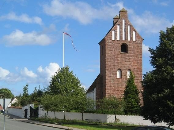 Kirkens smukke tårn – set fra Roskildevej.