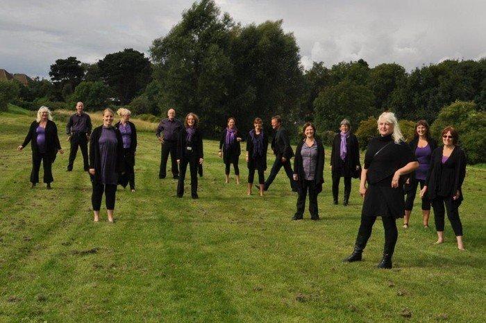New Joy Gospel Choir står på græsplæne