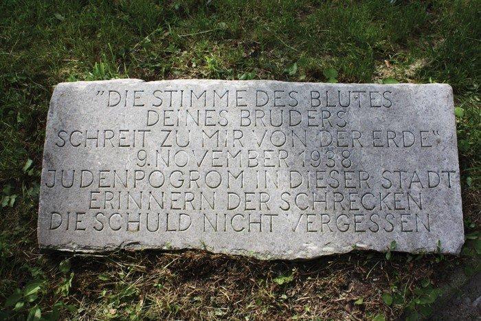 Erinnern - Nicht vergessen. Gedenkstein vor der Hochmeisterkirche zur Erinnerung an die Reichpogromnacht von 1938.