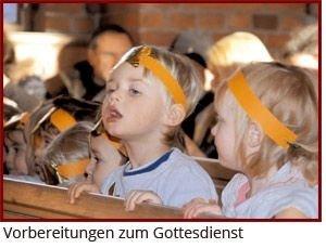 Kinder in Kostümen des Krippenspiels