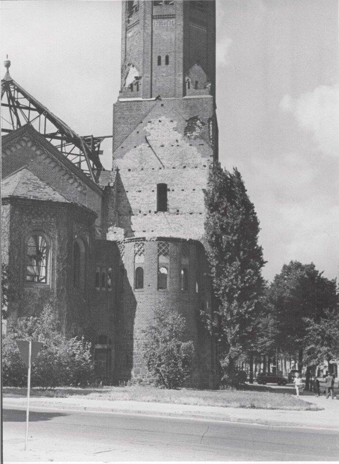 Blick auf die zerstörte Kirche