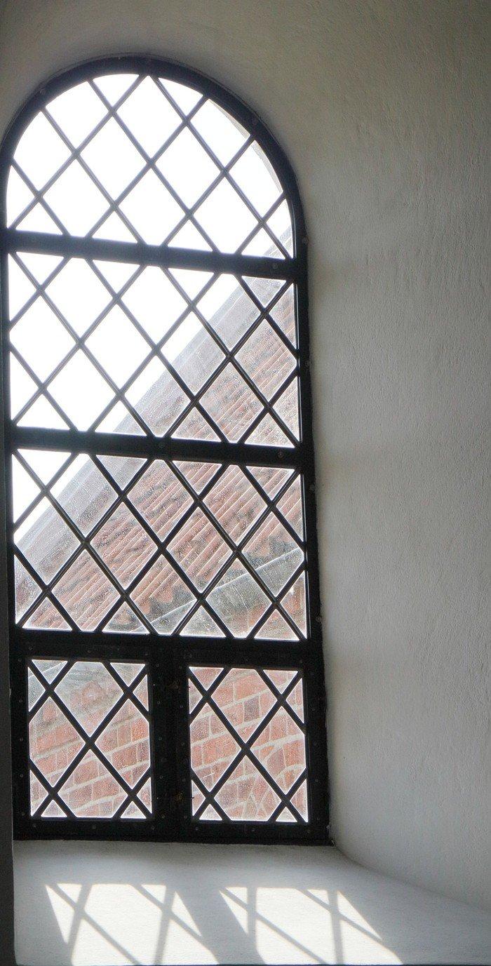 vinduet bag altertavlen