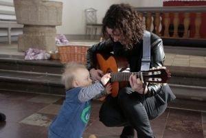 Barn ser på guitar