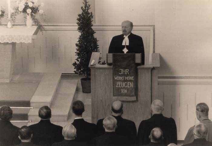 Reformationtag 1958: Die Predigt im Gottesdienst zur Wiedereröffnung hält Bischof Dibelius.