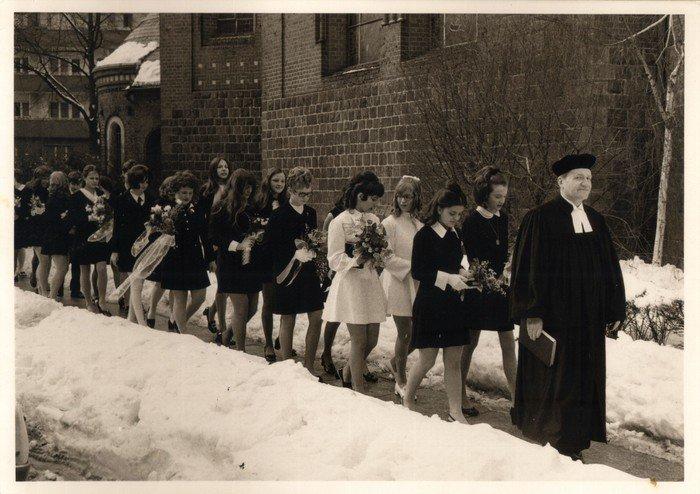 Pfarrer Jensch mit Konfirmandinnen