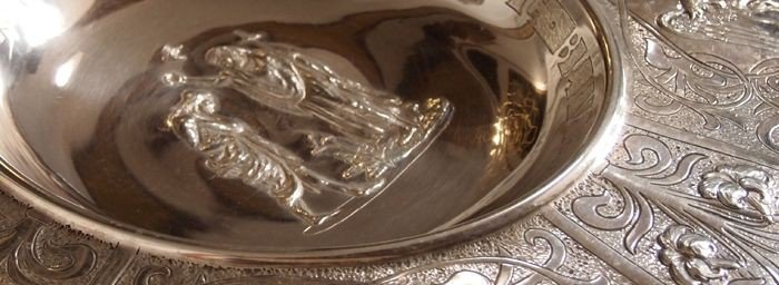 Detalje fra sølvfadet i døbefonten