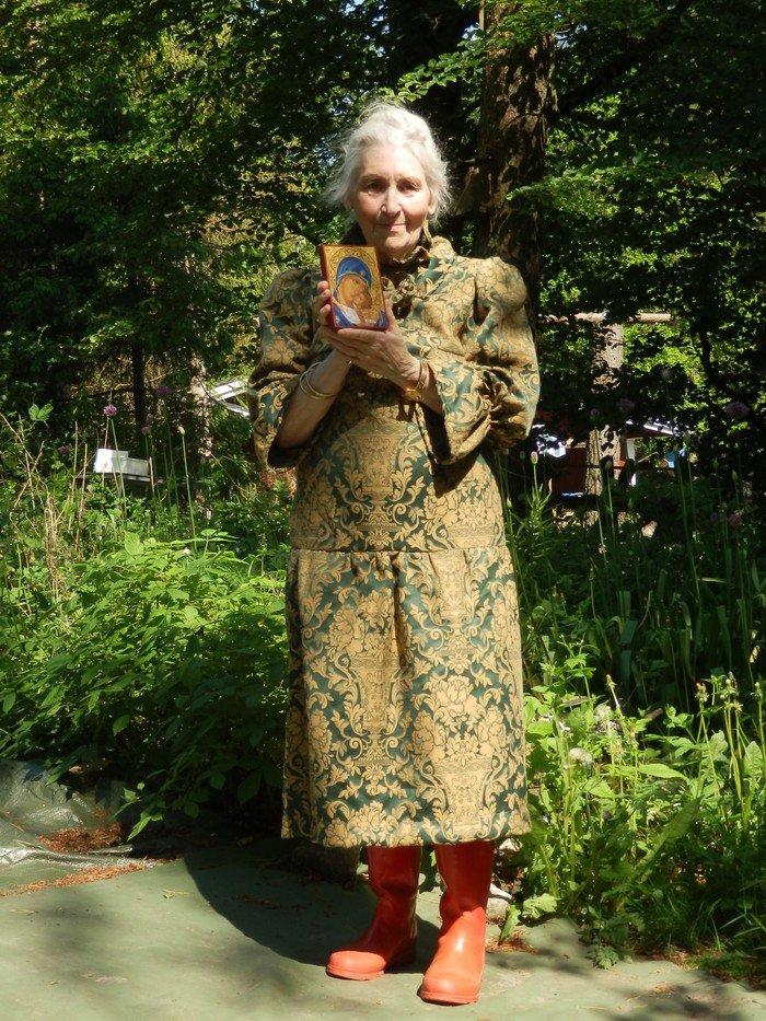Elly Elm med ikonen, hun fik af Snoldelev Menighedsråd.