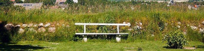 Hvid bænk foran stendige