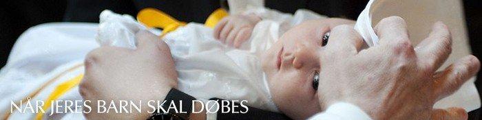 Spædbarn i dåbskjole bliver døbt