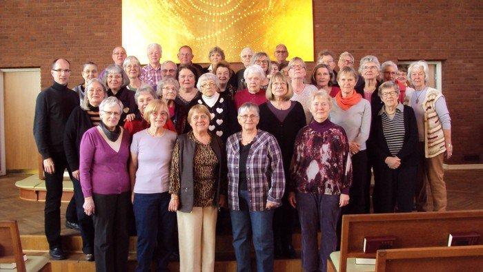 ældre kvinder og mænd, der synger