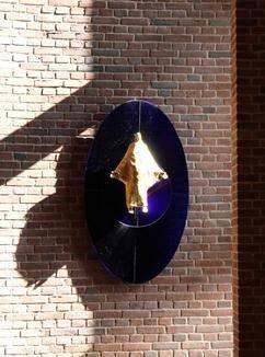 Adi Holzers kristusfigur, der hænger bag alterbordet i Husum Kirke