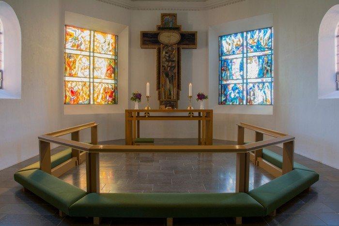 Glasmosaikruderne er udført hos glarmester Hans Jørgen Sorth i Rø