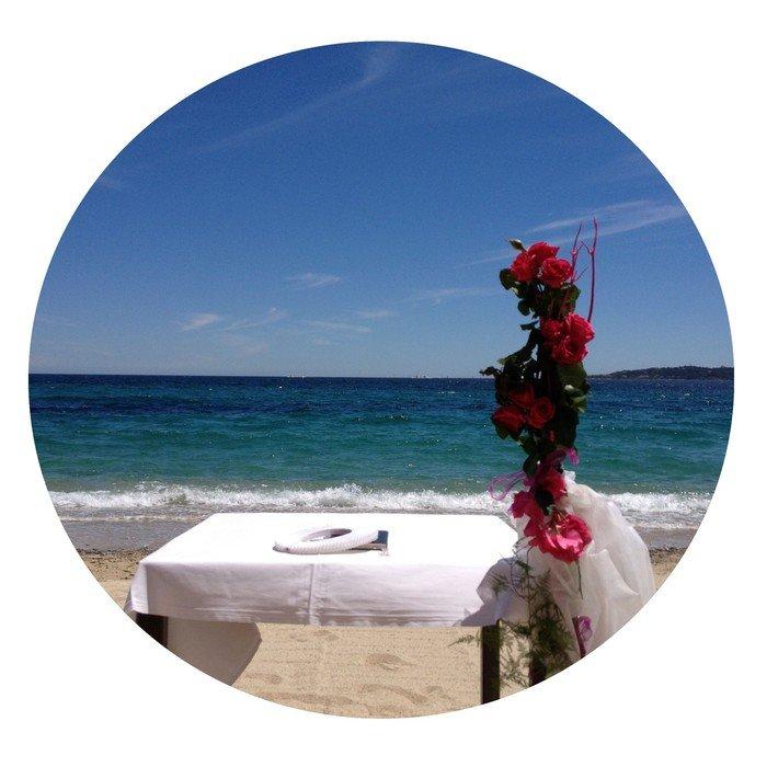 Billede der viser bord, blomst og strand