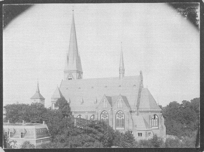 Ein seltenes Bild: Die alte und die neue Wilmersdorfer Kirche