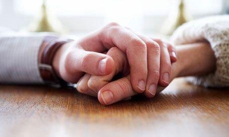 En besøgsven holder i hånden