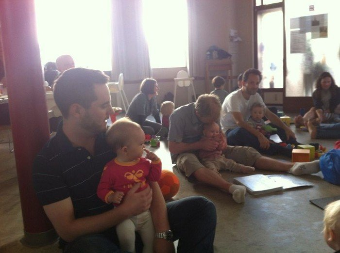 Forældre på gulvet med deres 0-2årige på skødet  i sognegården Falken m