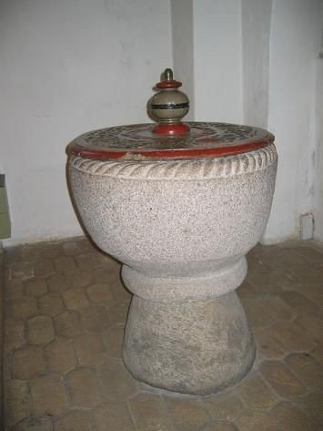 Kirkens døbefont af granit – af typen ' Roskildesten' – er fra kirkens første tid.
