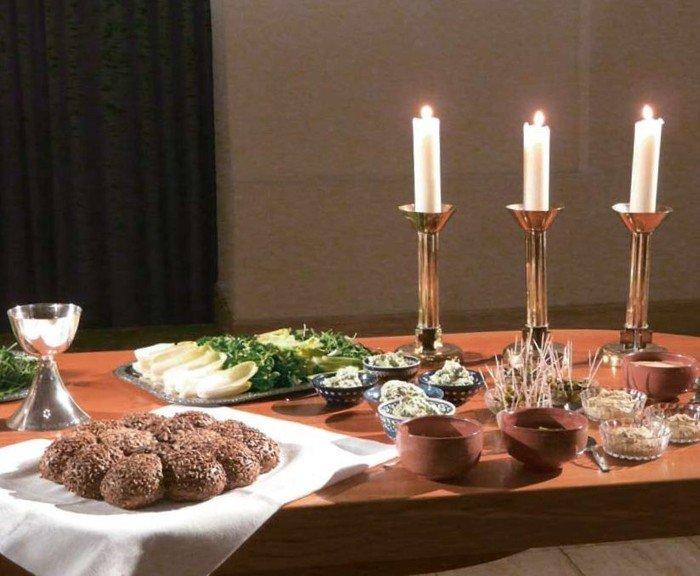 Zum Tischabendmahl gedeckter Altar