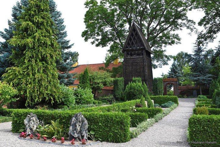 Kirkegården med klokkestabelen
